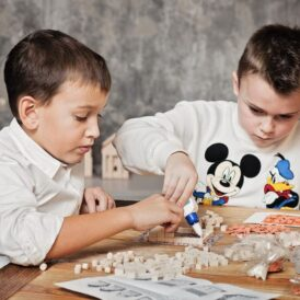 дети собирают конструктор из кирпичиков
