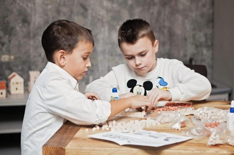сборка конструкторов из кирпичиков детьми