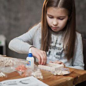 девочка собирает керамический конструктор