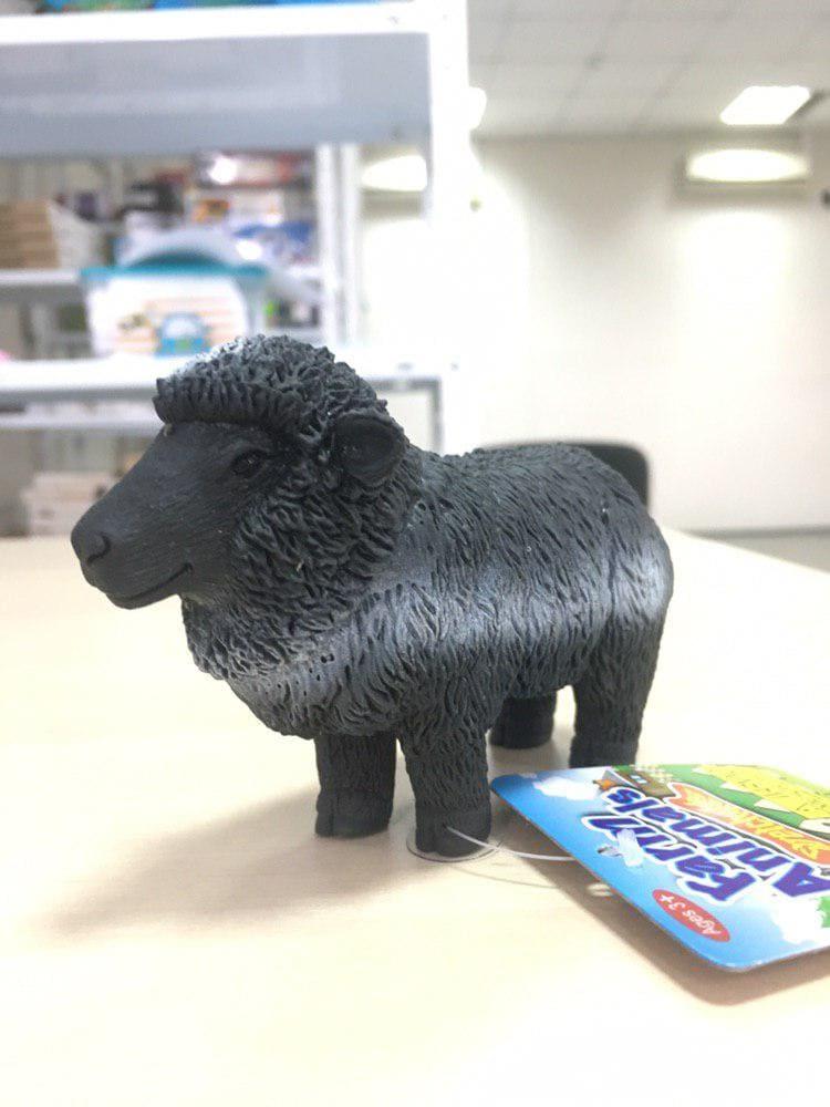Симпатичная овечка тянучка черная