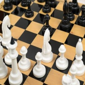 шахові фігури на шахівниці